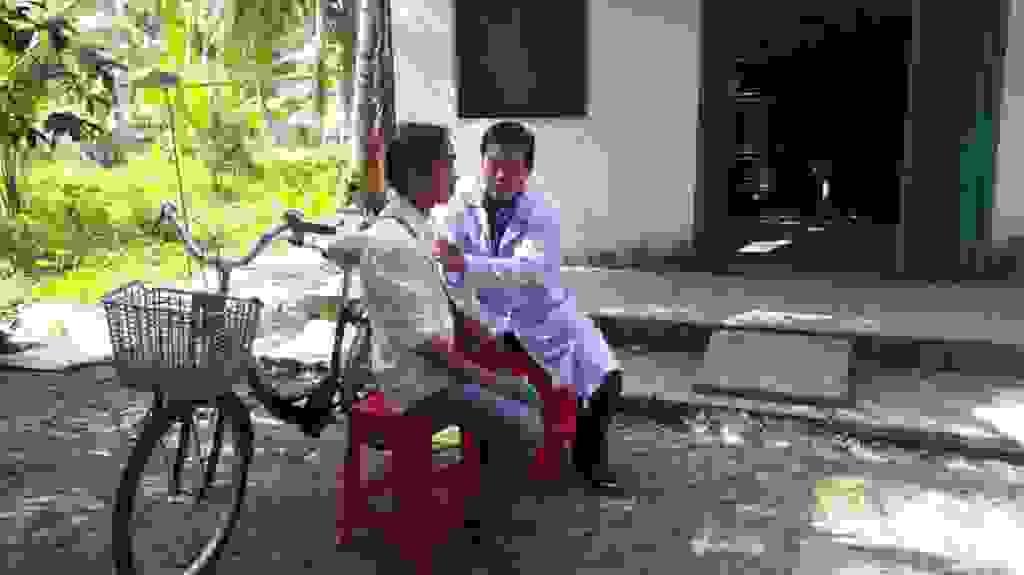 Kham benh hiem ngheo Lao phoi2