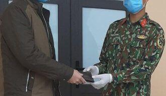 Chiến sĩ trẻ trả lại ví nhặt được của người dân tại khu cách ly