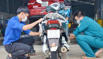 Rửa xe gây quỹ giúp học sinh nghèo tới trường