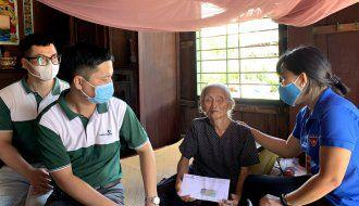 Thăm và hỗ trợ nhiều phần quà cho gia đình cụ bà 90 tuổi nuôi hai con bệnh nặng