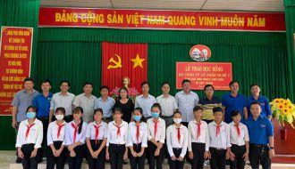Chi đoàn Công ty TNHH MTV Xổ số kiến thiết tỉnh Trà Vinh trao học bổng cho các em học sinh