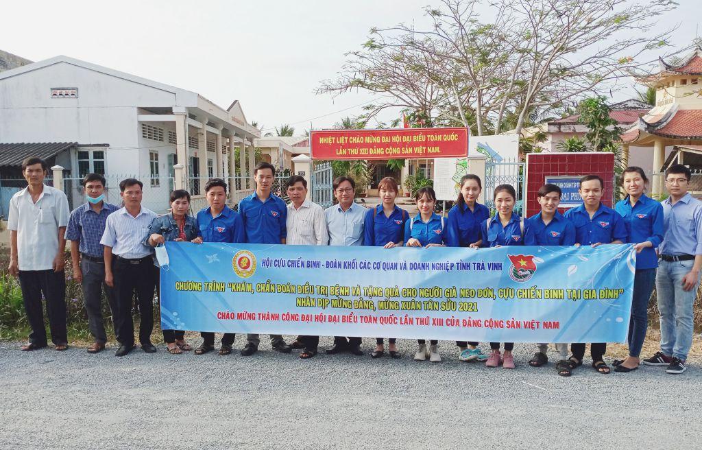 Đoàn khối – Hội Cựu chiến binh khối các cơ quan và doanh nghiệp tỉnh phối hợp tổ chức chương trình tặng quà, khám bệnh cho người dân
