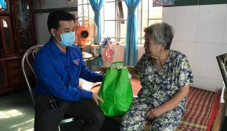 """Mô hình """"chăm sóc sức khỏe mẹ Việt Nam anh hùng"""" tại nhà của Đoàn ủy Bệnh viện đa khoa tỉnh"""