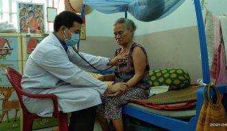 Đoàn ủy Bệnh viện Đa khoa tỉnh Trà Vinh tổ chức khám bệnh cho các cô chú tại Trung tâm Bảo trợ xã hội tỉnh