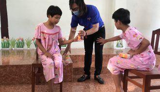 Chi đoàn cơ quan Tỉnh đoàn Trà Vinh: Thăm hỏi, động viên và tặng quà cho thiếu nhi trung tâm bảo trợ xã hội