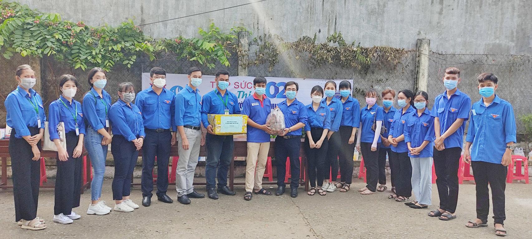 """Đoàn ủy Bệnh viện Đa khoa tỉnh đồng hành cùng màu áo xanh tình nguyện """"Tiếp sức mùa thi"""" năm 2021"""