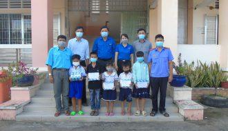 Chi đoàn Viện kiểm sát nhân dân tỉnh Trà Vinh hỗ trợ học sinh nghèo vui đón năm học mới