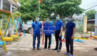 Đoàn khối bàn giao khu vui chơi cho thiếu nhi tại xã Hiếu Trung, huyện Tiểu Cần